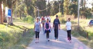 Caminantes-de-otras-comunidades-realizando-su-jornada-para-mejorar-su-salud