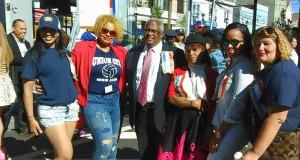 El Comisionado de Union City, Tilo Rivas, junto a la comunidad, durante el Desfile reciente.