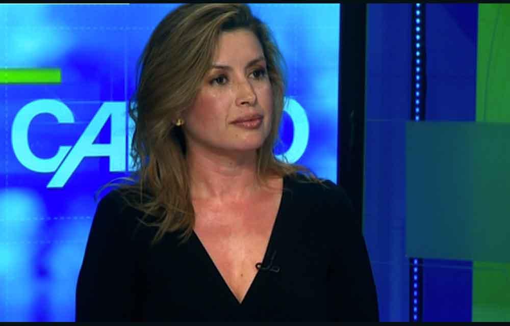 La periodista Adriana Aristizábal, durante una entrevista sobre su libro en CNN.