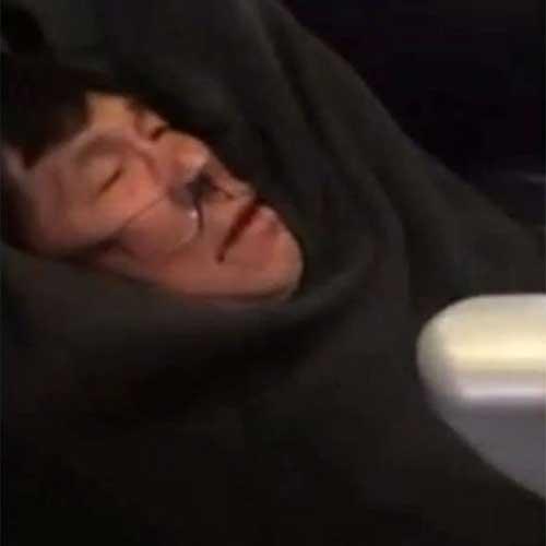 Imagen tomada de un video publicado en redes sociales muestra a un pasajero identificado como David Dao, cuando es arrastrado por el pasillo de un avión de United Airlines para obligarlo a la fuerza a ceder su asiento por el que había pagado. Video filmado por @JayseDavid, April 9, 2017.