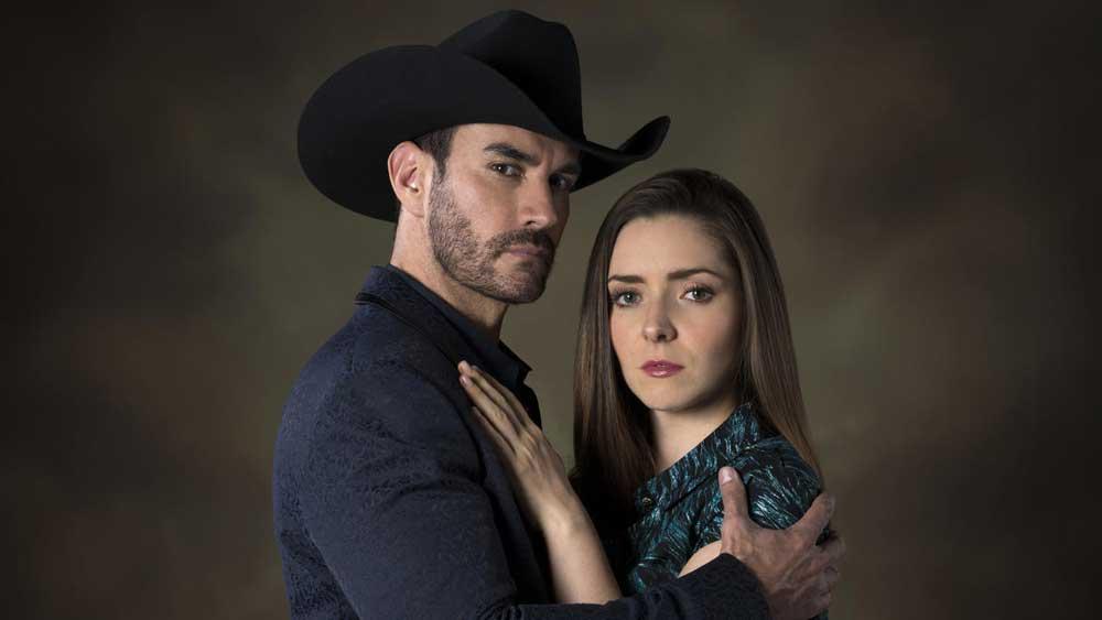 "Los protagonistas de la serie ""La doble vida de Estela Carrillo""."