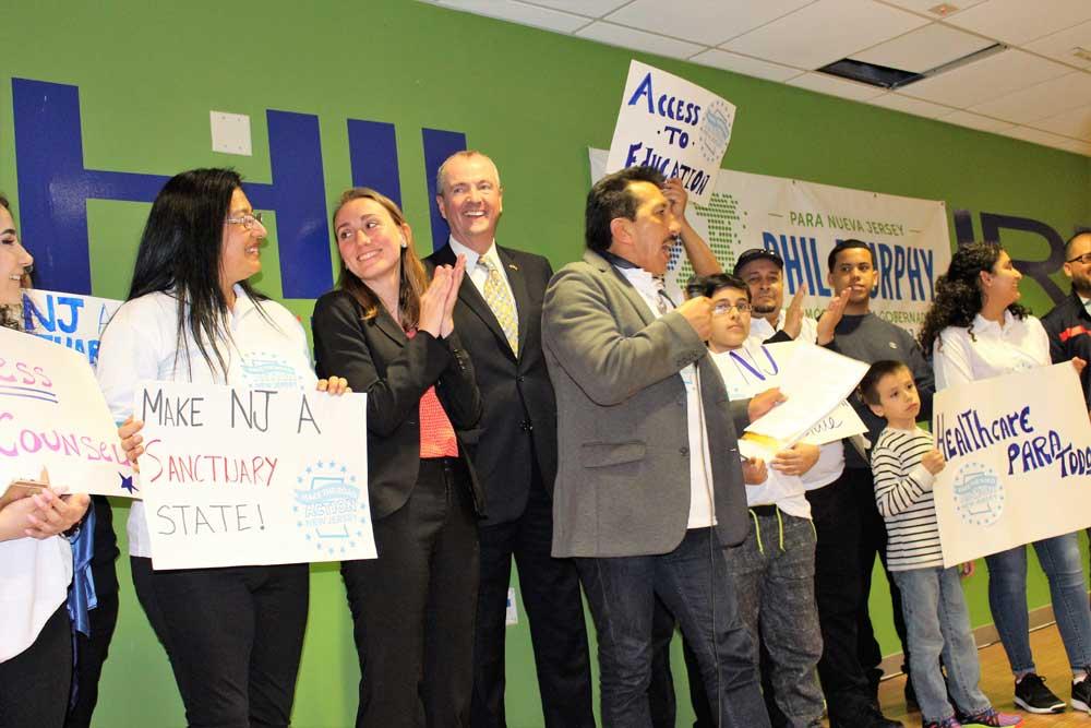 Phil  Murphy con miembros del Make the Road Action, NJ. Foto Roberto Bustamante.
