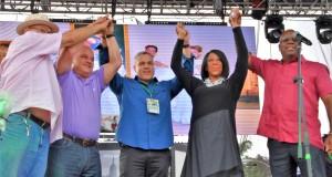 Candidata Sheila Oliver (centro) junto con el alcalde de Newark Ras Baraka, concejales Luis Quintana, Anibal Ramos y  Carlos González (Foto Roberto Bustamante).