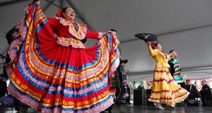 Una danzante mexicana ofreciendo un baile típico.