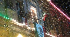 """Un alcalde ofrece el """"grito"""" de Viva México durante la conmemoración de la independencia en México."""