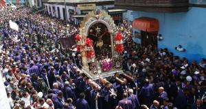 La imagen del Cristo de Pachacamilla recorriendo en andas las calles de Lima, la capital peruana.