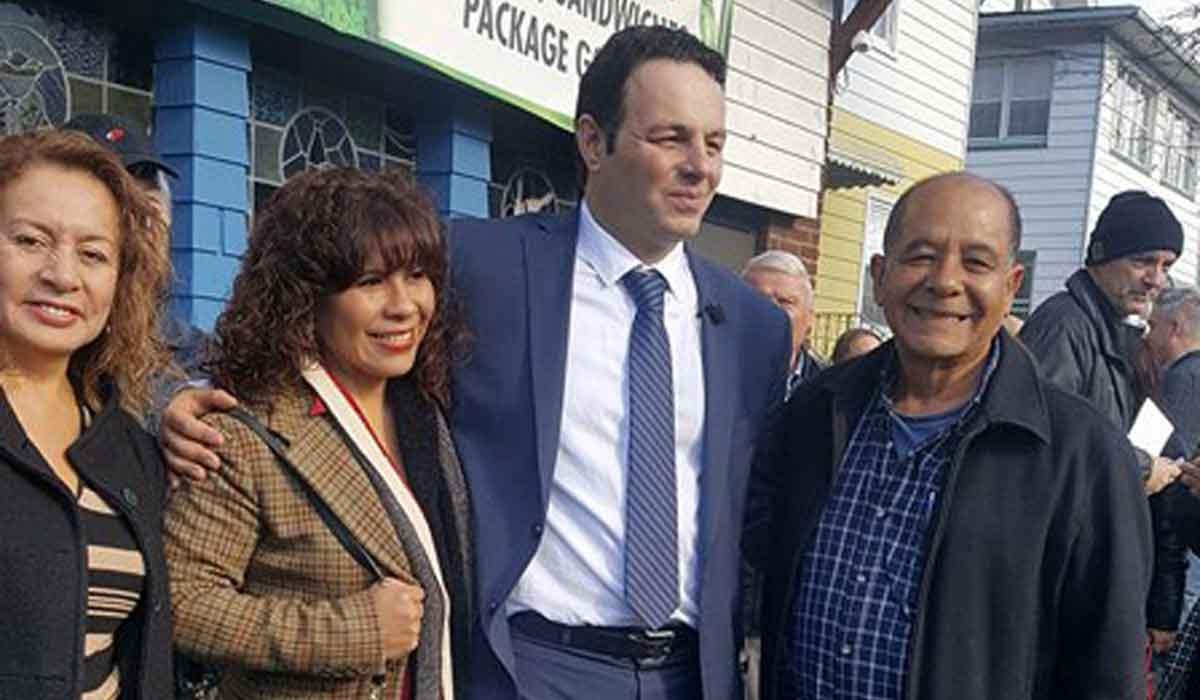El concejal Andre Sayegh, junto a (izq) Elfie Rojas, Mariela Seclén y José Robinson.