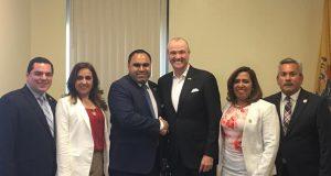 El alcalde de West New York, Gabriel Rodriguez, junto al gobernador Phil Murphy y sus comisionados.